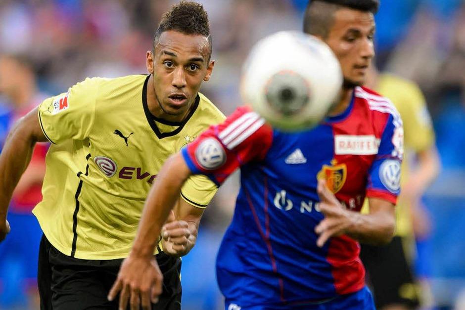 Dortmunds neuer Stürmer  Pierre-Emerick Aubameyang (links): Den Ball im Blick (Foto: AFP)