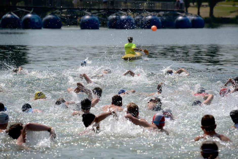 Los geht's mit dem Schwimmen im Flückigersee. (Foto: Patrick Seeger)