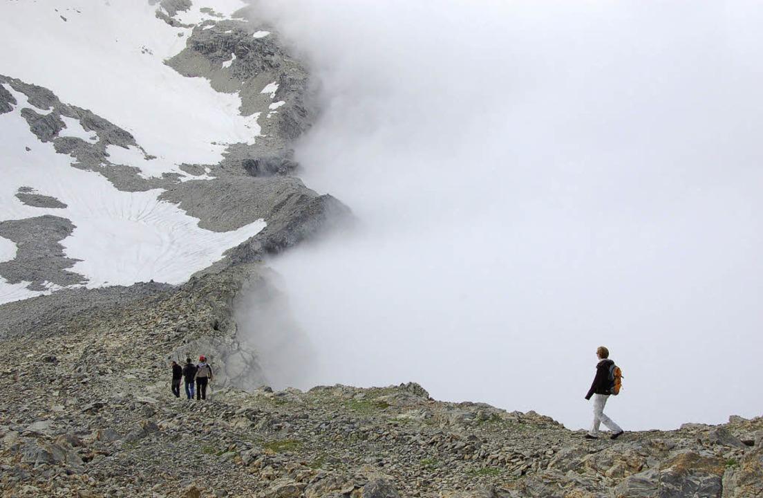Wohin des Weges? Wanderer beim Nebelmeer – und am Rande des Abgrunds  | Foto: Sarah Nagel