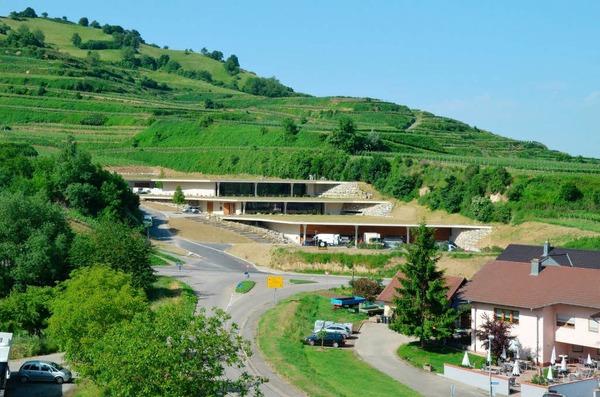 Das neue Weingut fügt sich harmonisch in die Landschaft ein.
