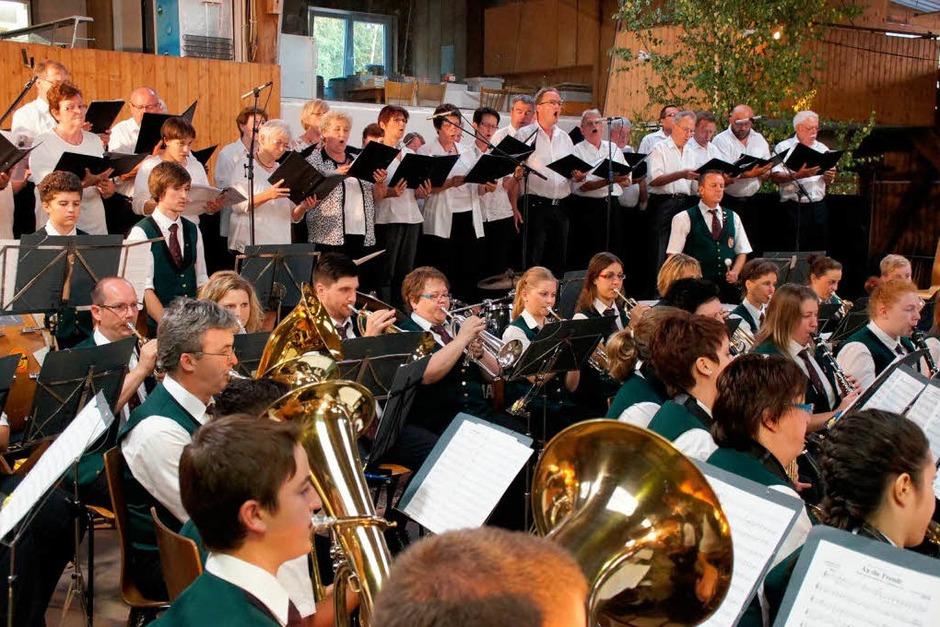 """150 Jahre Musikverein Weisweil: Beim Festbankett am Samstag gab es einen großen Auftritt mit evangelischem Kirchenchor und Männergesangverein """"Rheintreue"""". (Foto: Ilona Huege)"""