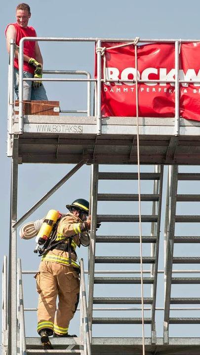 Rauf geht's auf den  zwölf Meter hohen Gerüstturm.    Foto: Alexander Anlicker