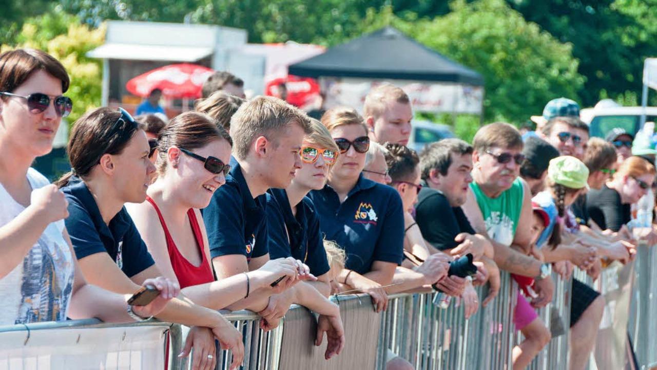 Die Zuschauer sind  fasziniert von der Leistung der Feuerwehrleute.    Foto: Alexander Anlicker