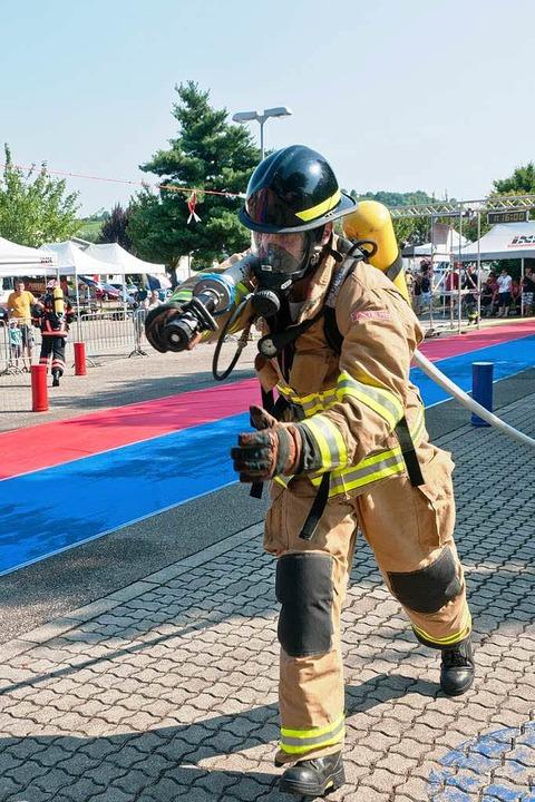 Harte Arbeit für den Feuerwehrmann    Foto: Alexander Anlicker