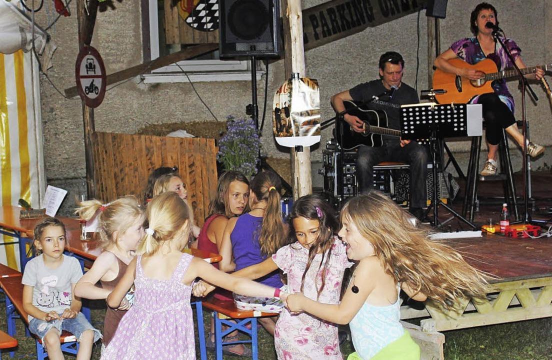 Auch die Kinder hatten ihren Spaß beim... bis weit nach Mitternacht unterhielt.    Foto: Christa Maier