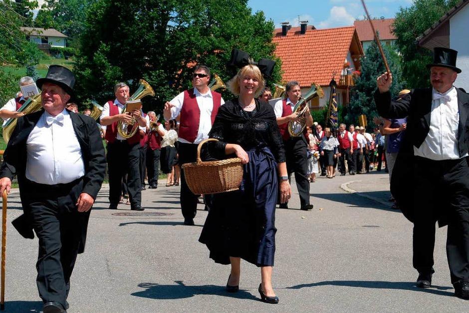 Umzug 900 Jahre Gresgen. Vorne rechts Ortsvorsteher Peter Eichin , links Erwin Vollmer vom Dorfverschönerungsverein. (Foto: Edgar Steinfelder)