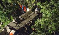 Reisebus stürzt von Brücke – 38 Menschen sterben