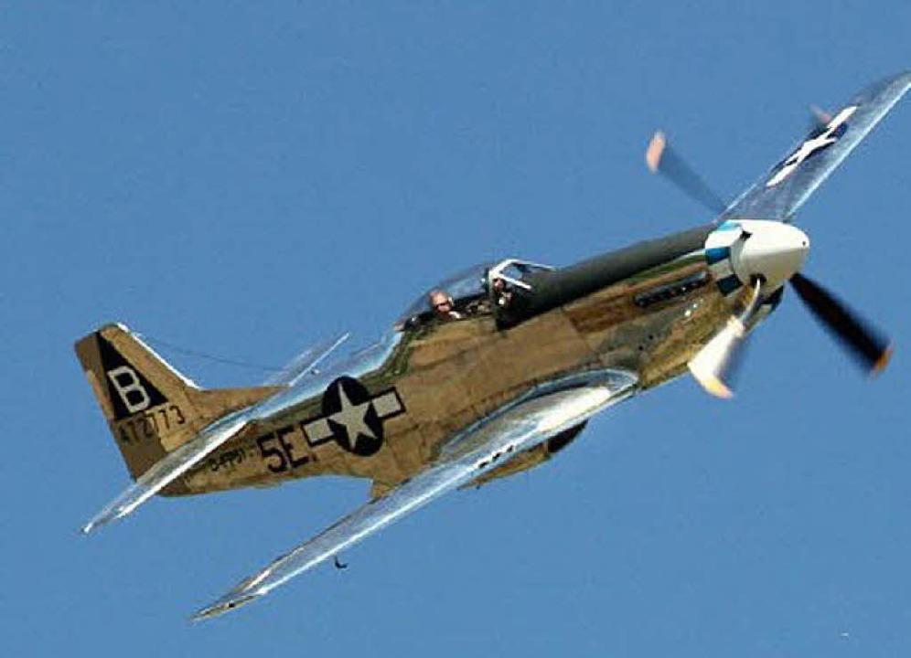 Mit viel Gedröhn werden die Mustang P5... XVI am Himmel über Hütten auftauchen.    Foto: aircraftdisplays.info