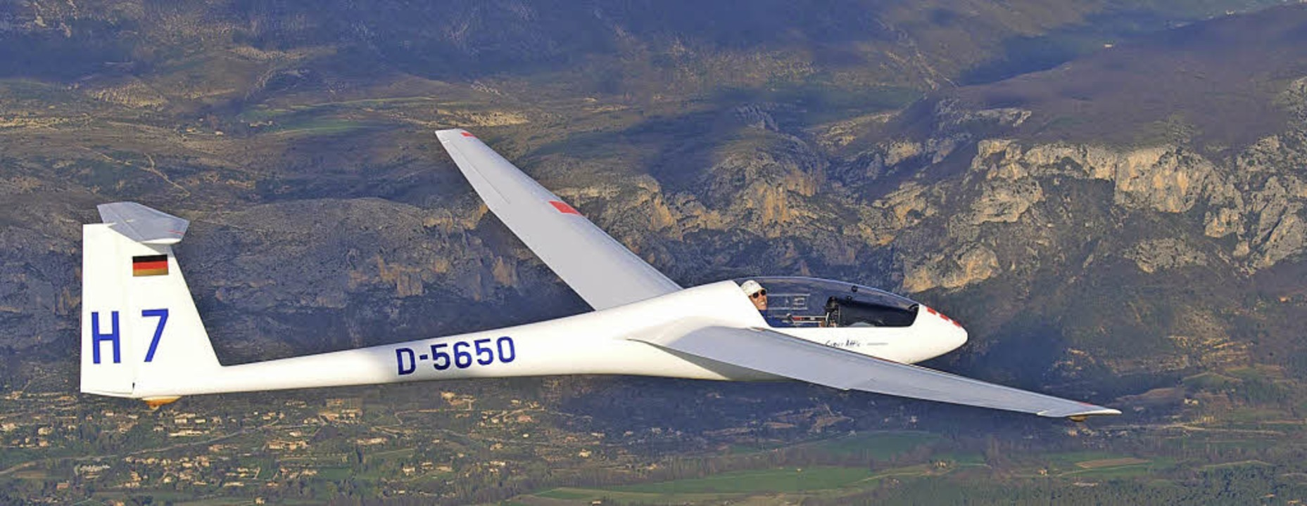 Tolle Ausblicke, eine beeindruckende S...egelflugzeug lässt kaum jemanden kalt.  | Foto: Bernhard Egger