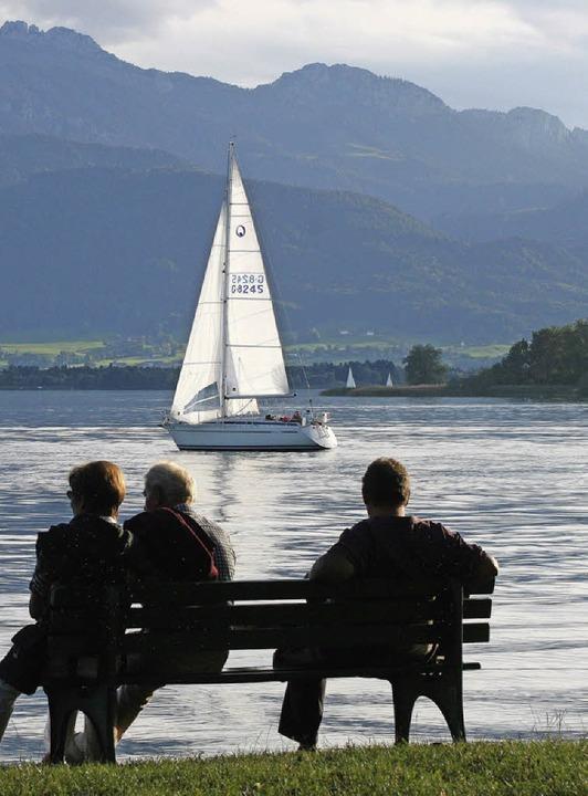 Idylle am Ufer des Chiemsees: Abendstimmung auf der Fraueninsel    Foto: dpa-tmn