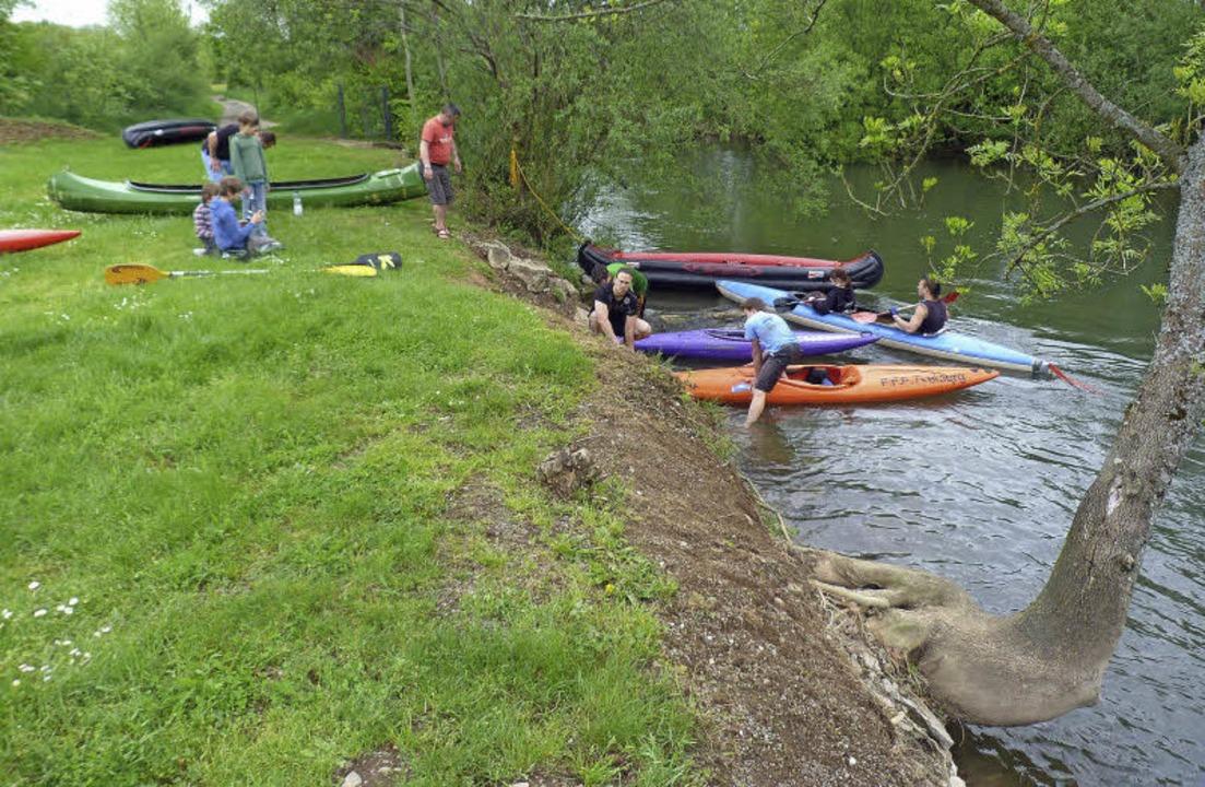 Einsteigen: Eine Bootsfahrt auf dem Og...rg (links)  hinter sich gebracht hat.   | Foto: Rolf Müller