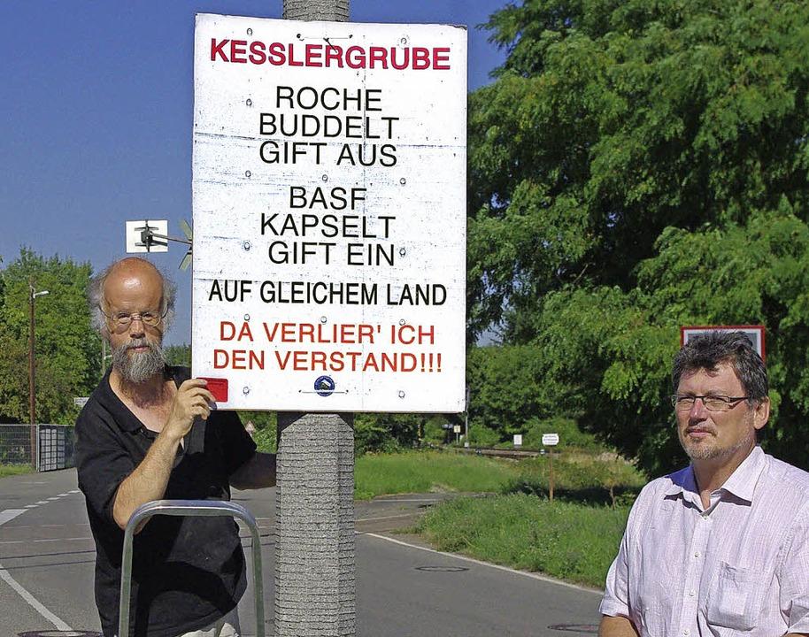 Der BASF eine neue Mahnung  vor die Tü...en Plakate dort an, wo es wirken soll.    Foto: Rolf Reißmann