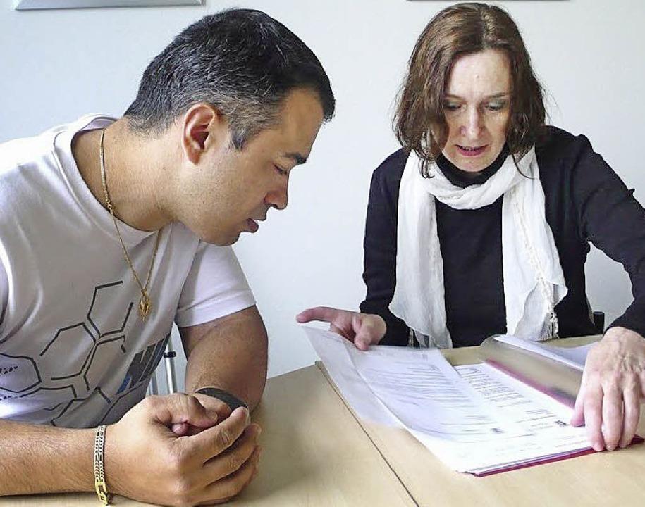 Inan Cengiz und Brigitte Seidel arbeiten an schwer zu lesenden Texten.  | Foto: Jutta Bissinger
