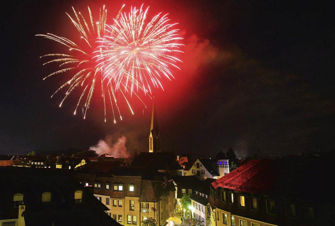 Kaskaden in rot, blau und gelb am Emme...cher ein Höhepunkt der vier Festtage.     Foto: Dieter Erggelet