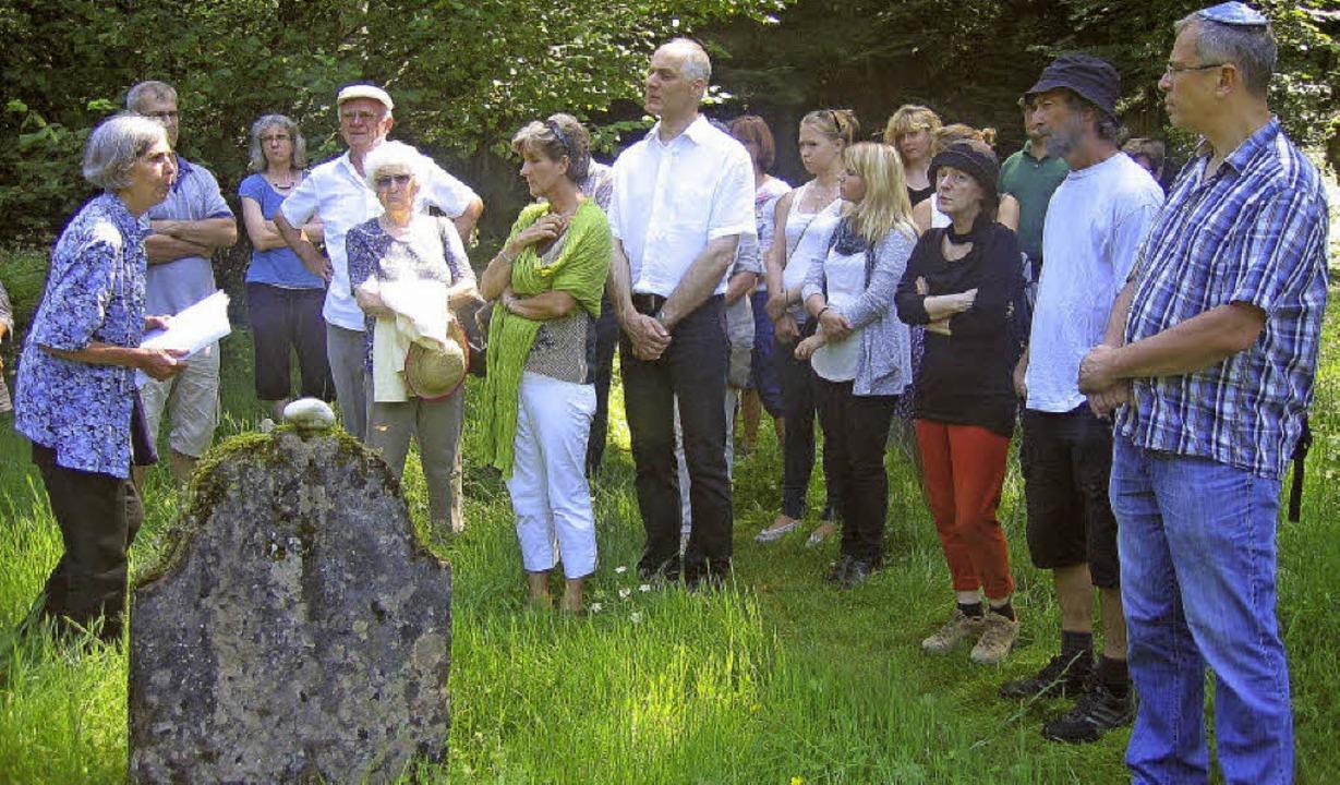 Sibylle  Höschele (links) steht  mit  ...ten  Grabstein  aus  dem  Jahr  1731.   | Foto: Ingeborg Grziwa