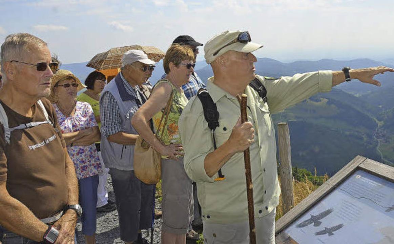 Wo ist was? Naturparkführer Udo Bornkessel erklärt den Wanderern das Panorama.    Foto: Susanne Filz