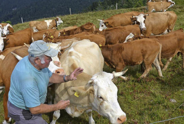 Ein Landwirt aus Aitern mit seinen Schützlingen.    Foto: Susanne Filz