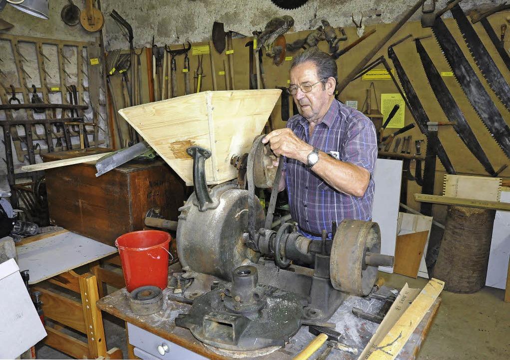 Karl Burger, mit 84 Jahren der Senior ...mmert, saniert eine alte Getreidemühle  | Foto: Markus Zimmermann