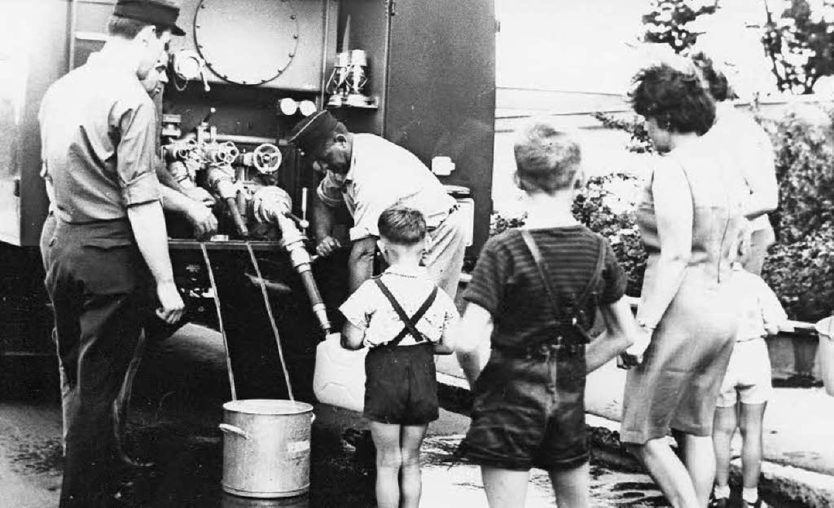 Ein Bild von 1966: Die Feuerwehr versorgt Wyhlener Bürger mit Trinkwasser.   | Foto: Privat