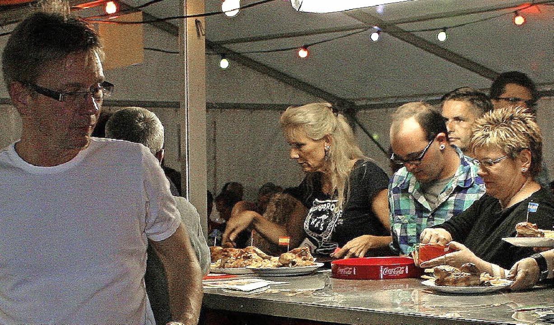 Alle Hände voll zu tun hatten die Helf...reinsmitglieder bei der Essensausgabe.  | Foto: Reinhard Cremer