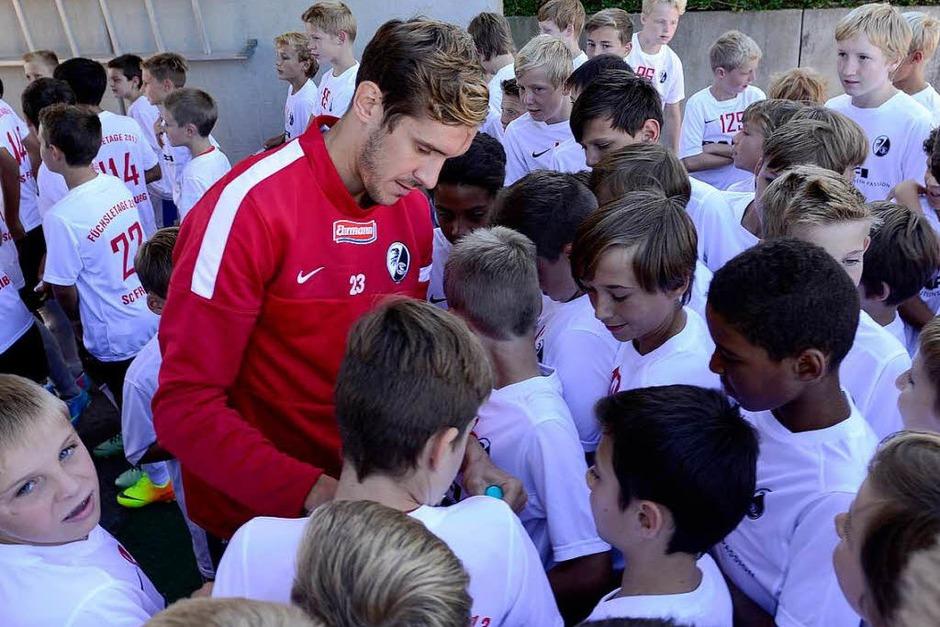 Bei den Füchsletage schrieben die Spieler und Trainer Christian Streich Autogramme und gaben dem Nachwuchs Tipps. (Foto: Ingo Schneider)