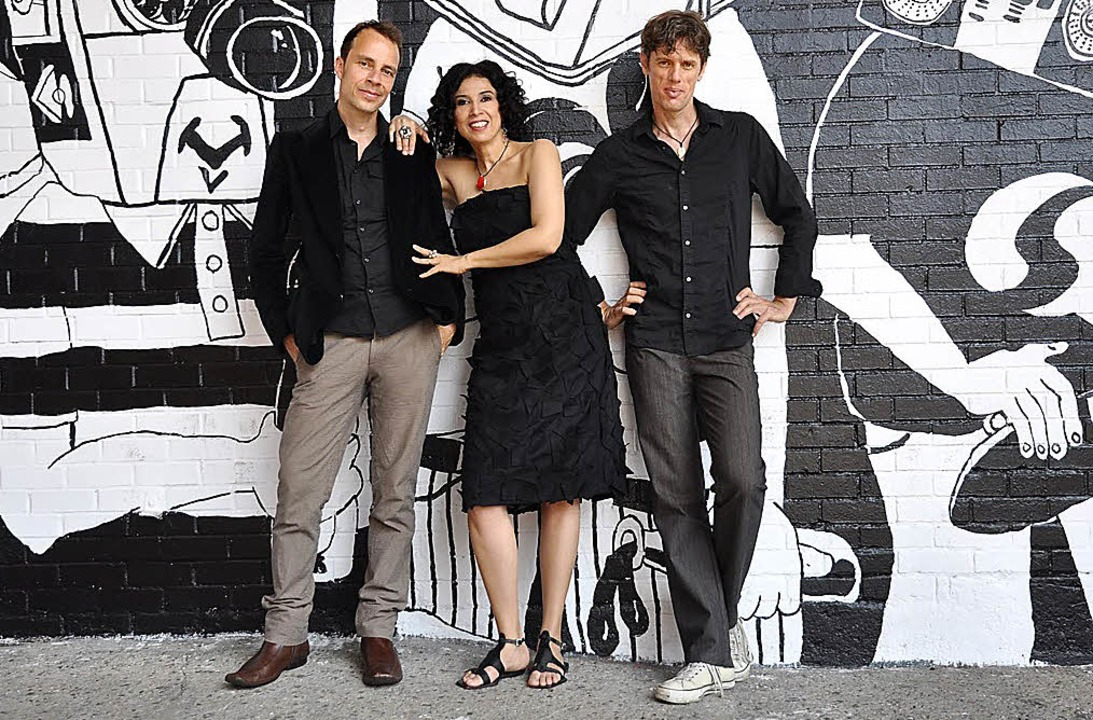Joo Kraus, Paula Morelenbaum und Ralf Schmid (von links): das Bossarenova Trio     Foto: Anna Cisso Pinto