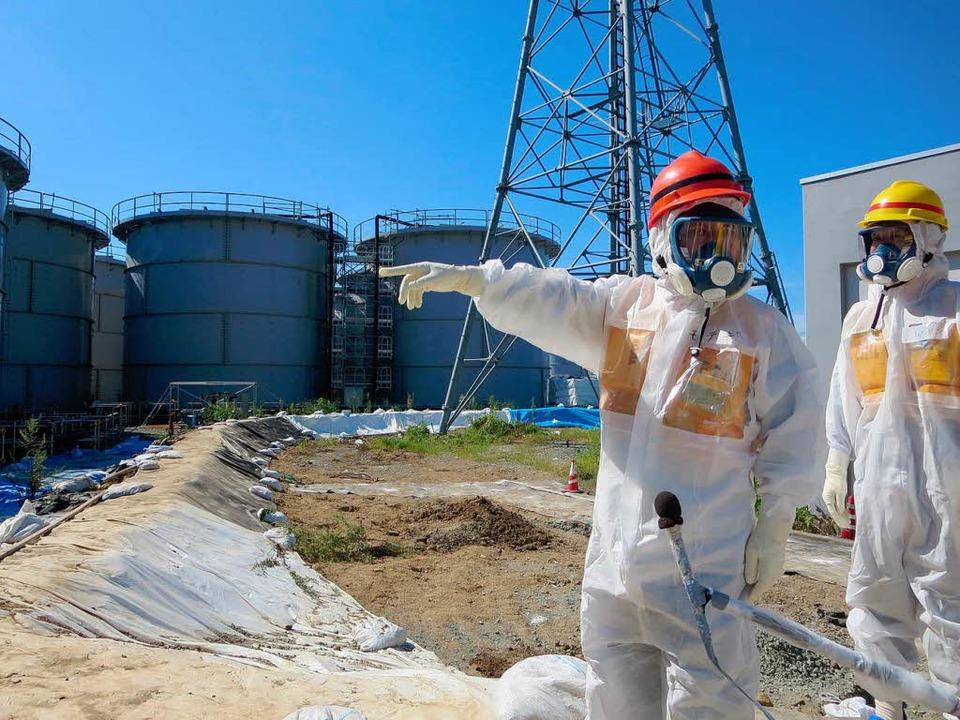 Japans Industrie-Minister Toshimitsu M...s) bei einem Besuch im Akw Fukushima.   | Foto: AFP