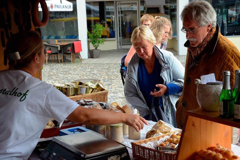 Der Bauernmarkt stieß auf großes Interesse. (Foto: Gerhard Walser)
