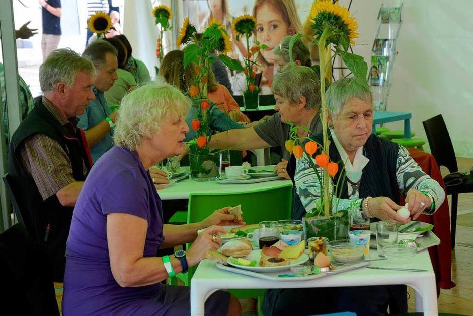 Gut besucht war schon das AOK-Familienfrühstück auf dem kleinen Marktplatz. (Foto: Gerhard Walser)