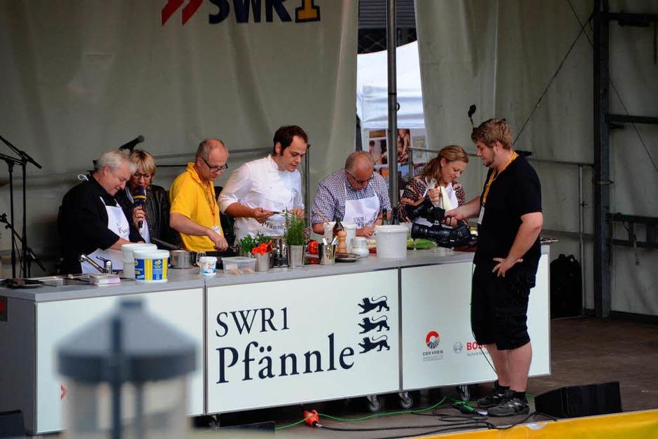 Prominenten-Kochen auf der Showbühne: Spitzenwinzer Joachim Hegner, Karl-Heinrich Kunz (Glottertäler Kreuz), Gastronom Fritz Keller und Sommeliere Nathalie Lumpp (von links). (Foto: Gerhard Walser)
