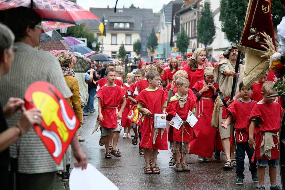 Der Nieselregen konnte der bunten Umzugsschau beim Kippenheimer Dorffest nichts anhaben. (Foto: Sandra Decoux-Kone)