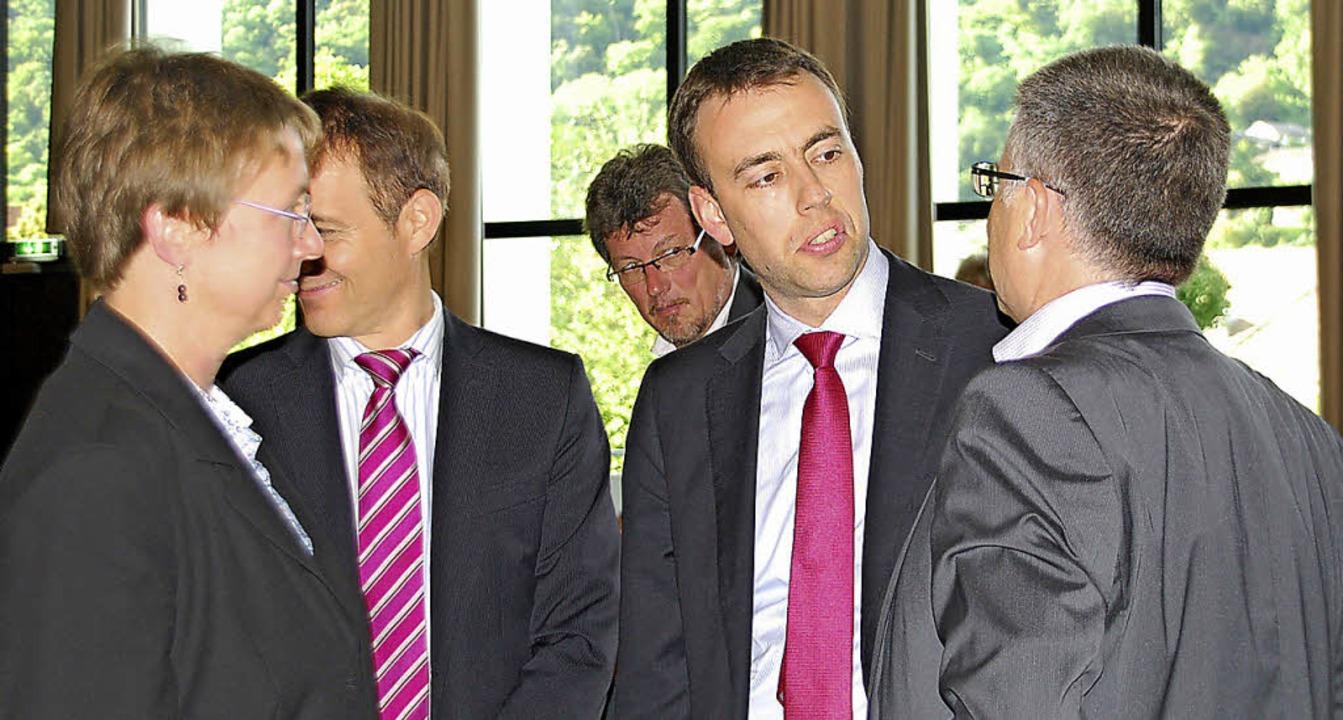 Intensive Gespräche: (von links) Catha...ntergrund Rudolf Wahl (Zukunftsforum)   | Foto: Ralf Staub