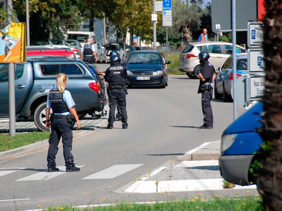 Einsatzkräfte riegeln das Gebäude ab.  | Foto: Hannes Lauber