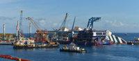 Costa Concordia beginnt sich aufzurichten – Kreuzer vom Felsen befreit