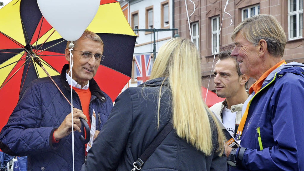 Straßenwahlkampf mit dem Deutschland-Schirm: Armin Schuster (links) in Lörrach     Foto: Barbara Ruda