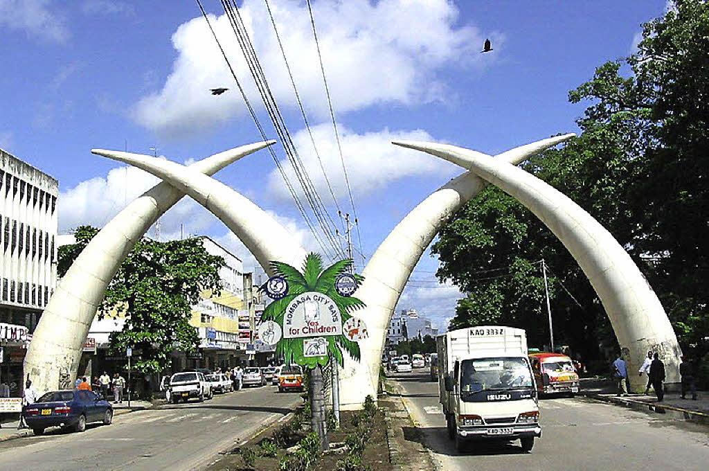 Mombasa Kenya  city photos gallery : Das Wahrzeichen von Mombasa: Vier überdimensional große Stoßzähne ...