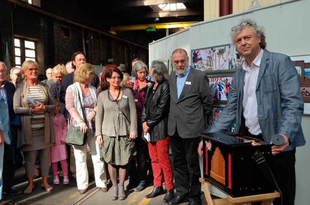 Adrian Oswalt untermalte die sehr gut besuchte Eröffnung mit seiner Drehorgel    Foto: Sylvia-Karina Jahn