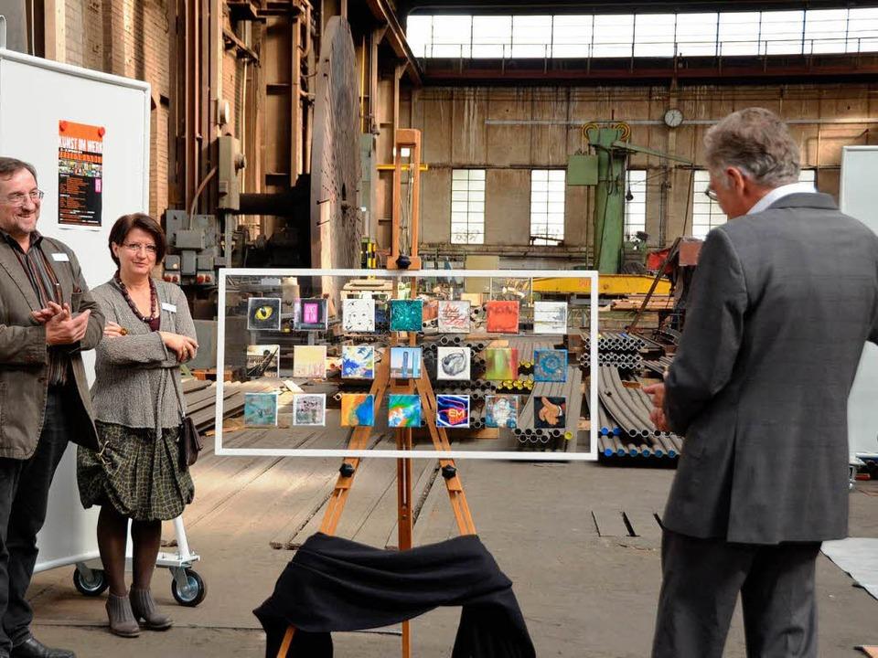 Ein Geschenk für den Hausherrn; von li...e und  Volker Steinberg beim Bewundern    Foto: Sylvia-Karina Jahn