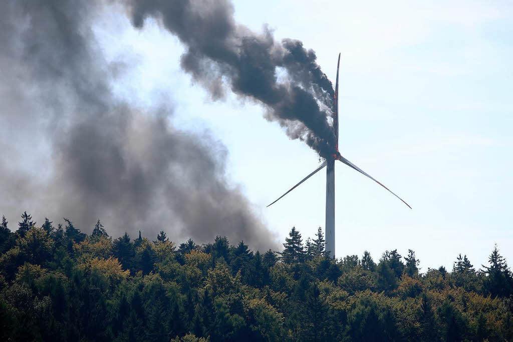 Brennendes Windrad im Wald von Lahr