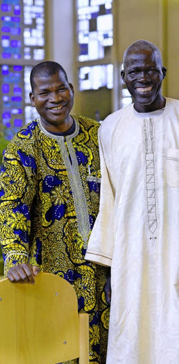 Ayouba Mbirvi (links) und Raymond Todo...sind Gäste bei der Baptistengemeinde.   | Foto: Ingo Schneider