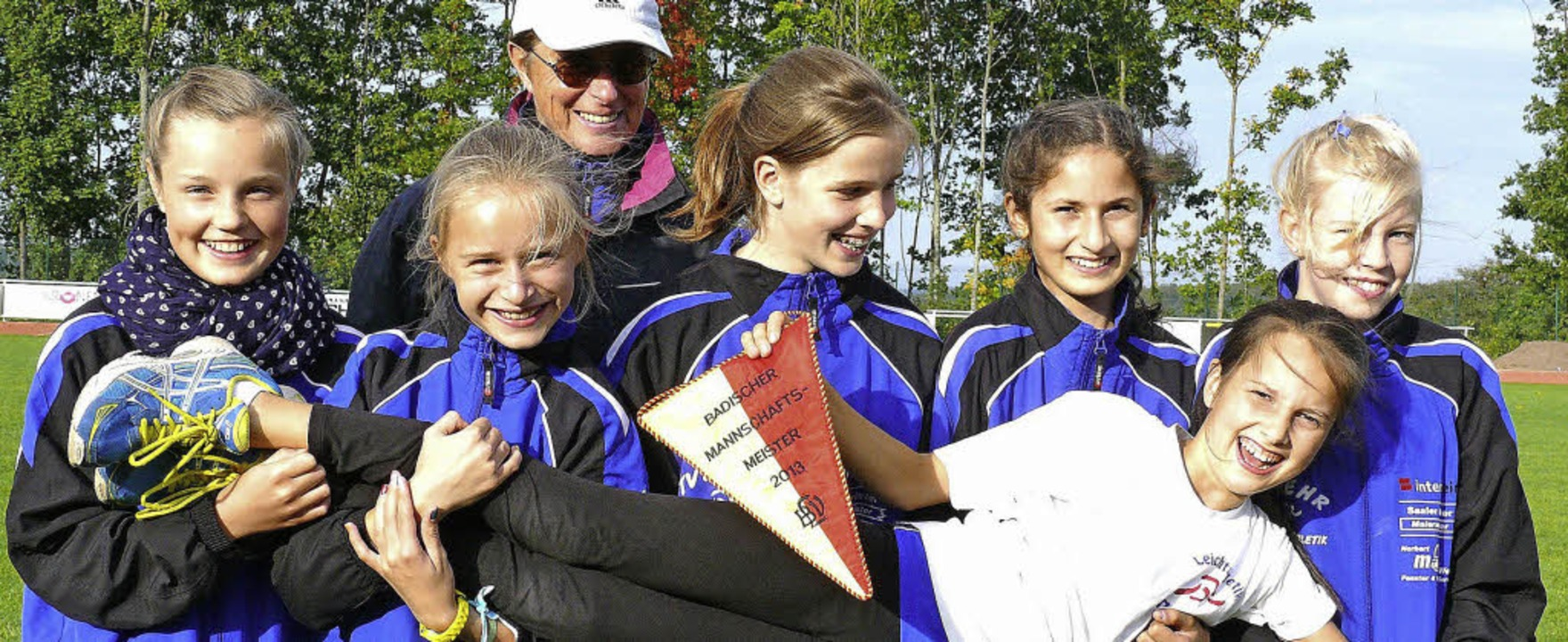 Freuen sich über den badischen Titel: ..., Trainerin Hildegard Eckert (hinten).  | Foto: cMa