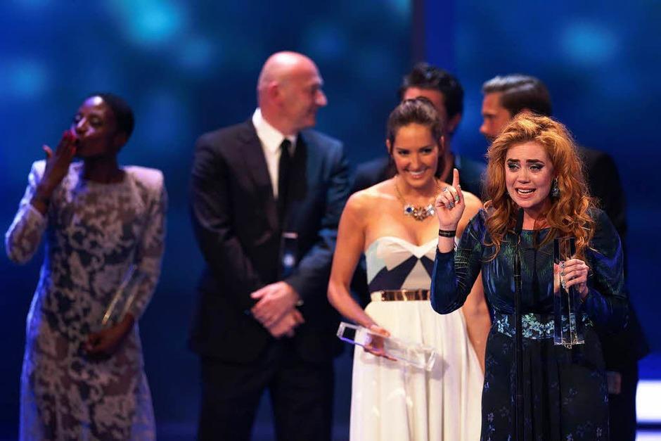 """Moderatorin Palina Rojinski (r) weint und freute sich  über die Auszeichnung in der Kategorie """"Beste Unterhaltung Show"""". (Foto: dpa)"""