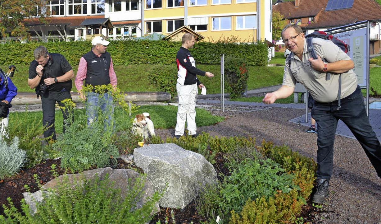 Auch Wiedens Bürgermeister Berthold Kl...en) war bei der Volkswanderung dabei.   | Foto: Paul Berger