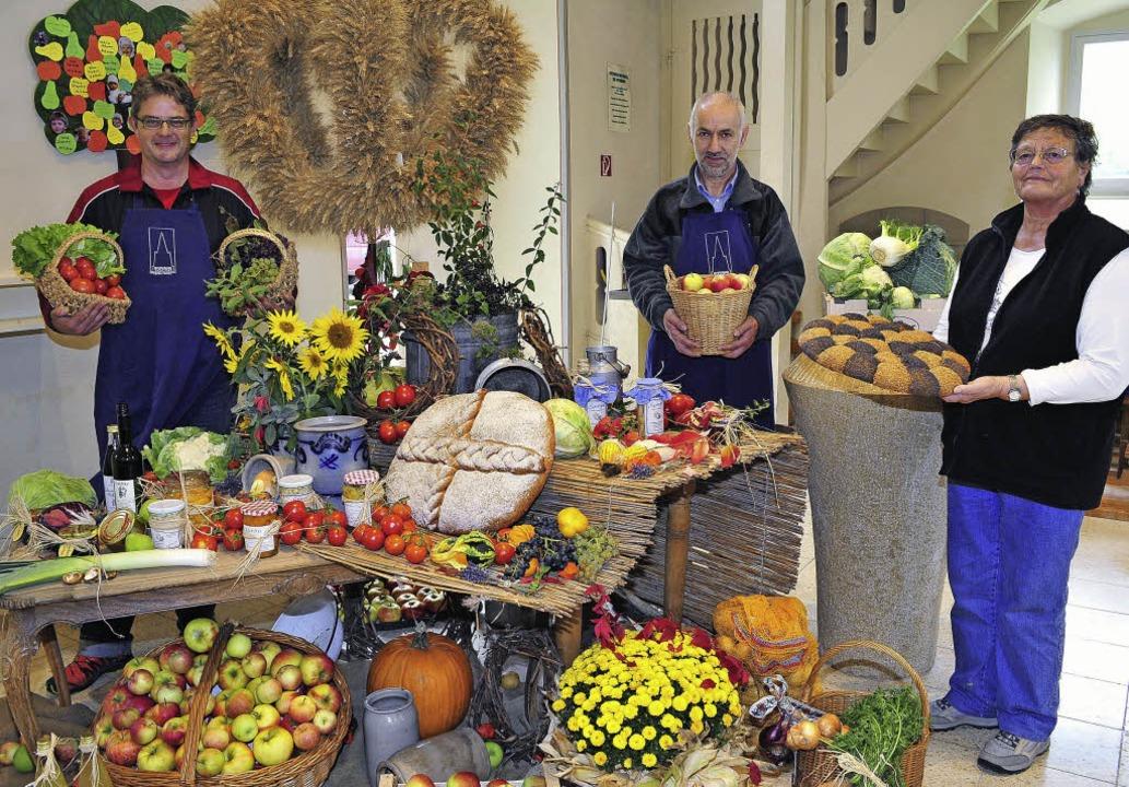 Obst, Brot und Gemüse überreichte Kirc... Falk (links) und Reiner Hirt (Mitte).    Foto: Thomas Kunz