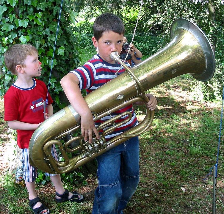 Früh übt  sich: Bei Musikschulfesten e...hance, ein Instrument auszuprobieren.   | Foto: Archiv: Jutta Rogge