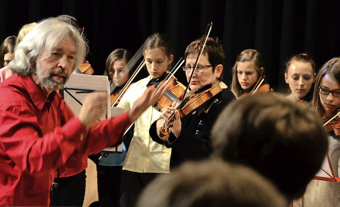 Das Festorchester mit Dirigent Thomas ... ausgezeichnete musikalische Genüsse.   | Foto: M. Proprenter