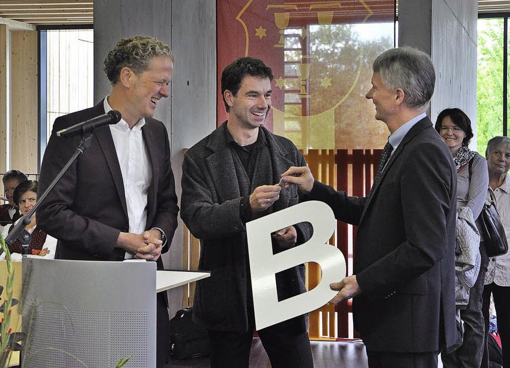 Ein Schlüssel und elf Buchstaben: Die ...; zur Freude von Bürgermeister Benitz.    Foto: Rainer Ruther