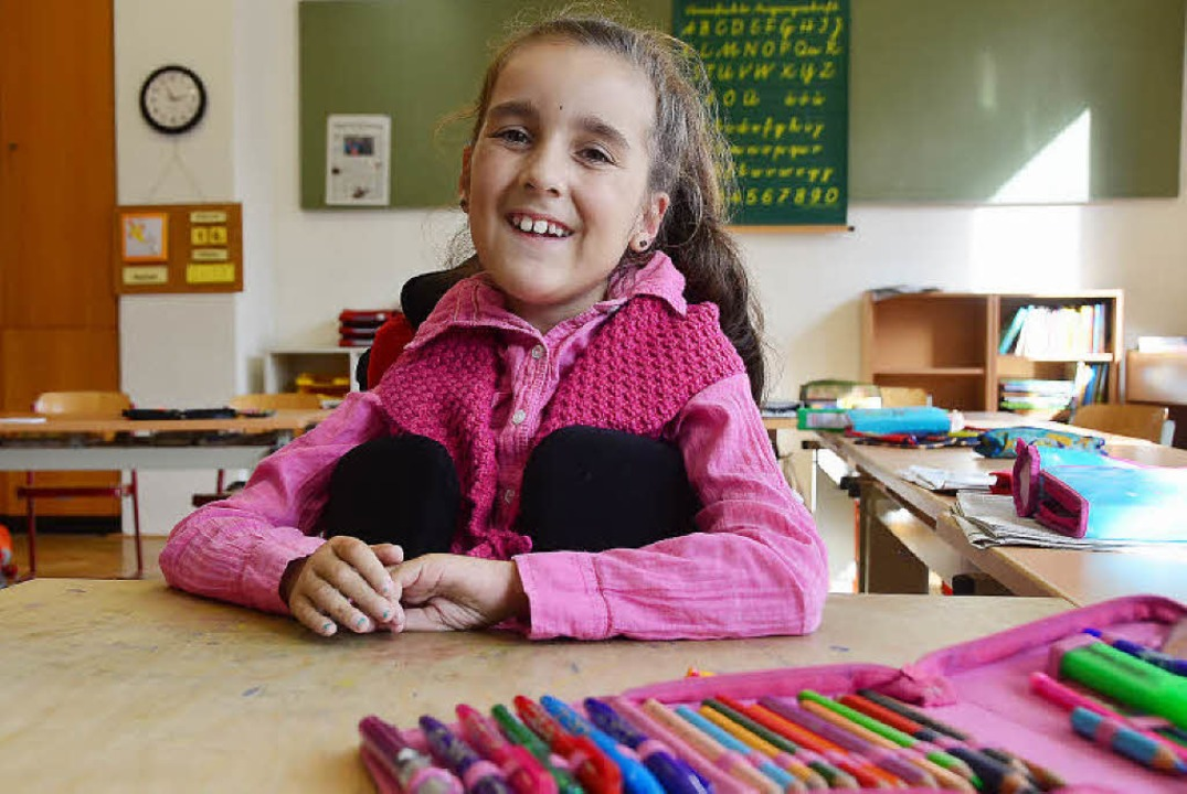 Zaltana sitzt im Rollstuhl an ihrem Platz im Klassenzimmer  | Foto: Yvonne Weik