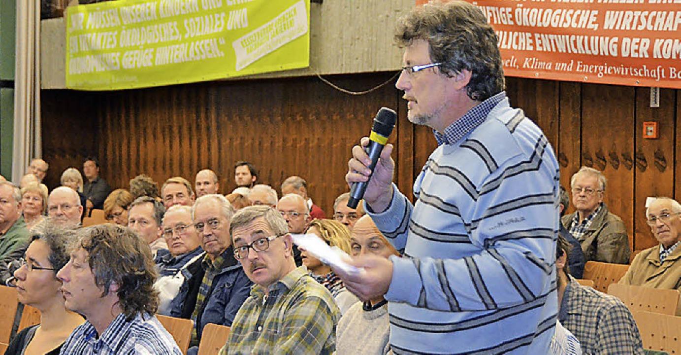 Die Bürger beteiligten sich aktiv mit vielen Fragen, hier Rudolf Wahl.    Foto: Ralf H. Dorweiler