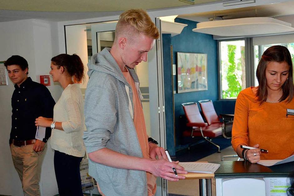 Bei Frau Fühl und Frau Weber durften die Azubis knifflige Fragen zum Kundencenter beantworten. (Foto: BZ)
